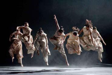 """النقر على جدار الرحم .. السؤال الأول حول العرض الراقص """"الطريق العمودي"""" / رجاء غانم"""